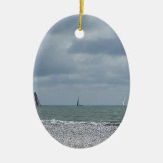 Küste des Strandes während des Regatta am Sommer Ovales Keramik Ornament