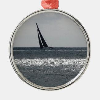 Küste des Strandes während des Regatta am Sommer Silbernes Ornament