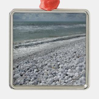 Küste eines Strandes an einem bewölkten Tag am Quadratisches Silberfarbenes Ornament
