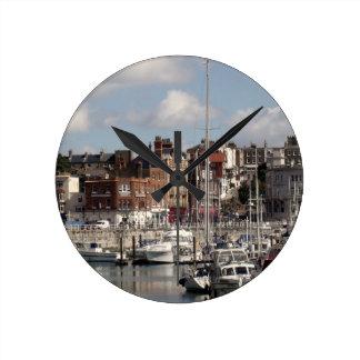 Küsten-Hafen und Segelboote Runde Wanduhr