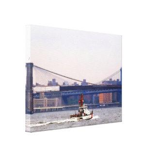 Küstenwache-Schneider nahe Brooklyn-Brücke Leinwanddruck