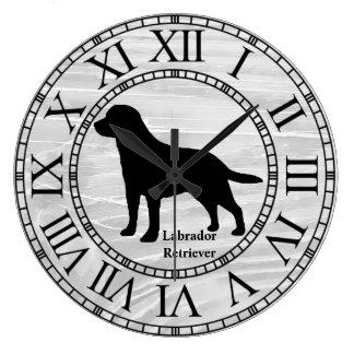 Labrador retriever auf gewaschenem Holz Große Wanduhr