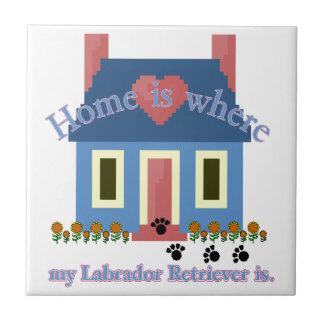 Labrador-Retriever-Zuhause ist Keramikfliese
