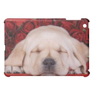 Labrador-Welpe, der in den Roten Rosen schläft iPad Mini Hülle
