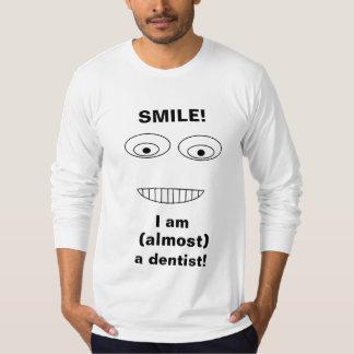 LÄCHELN bin ich fast ein Zahnarzt lustiger Druck T-Shirt