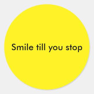 Lächeln, bis Sie stoppen Runder Aufkleber