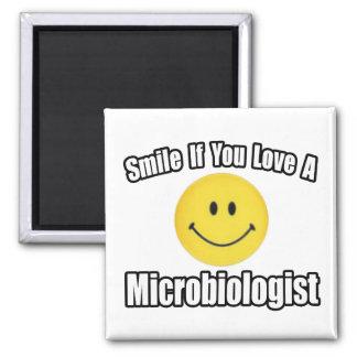 Lächeln-… Liebe ein Biologe Quadratischer Magnet