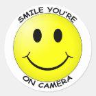 Lächeln sind Sie auf Kamera-rundem Aufkleber