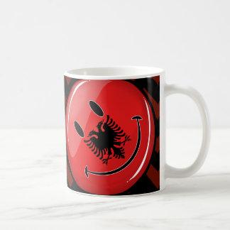 Lächelnde albanische Flagge Tasse