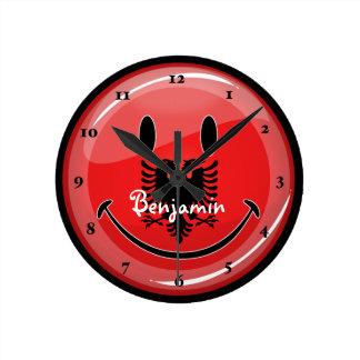 Lächelnde albanische Flagge Uhr