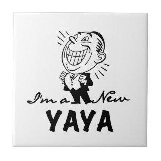Lächelnde neue Yaya T-Shirts und Geschenke Fliese