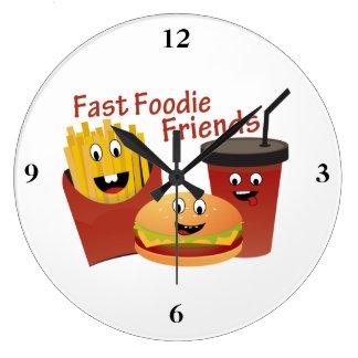 Lächelnde schnelle Feinschmecker-Freunde Große Wanduhr