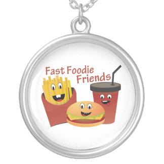 Lächelnde schnelle Feinschmecker-Freunde Versilberte Kette