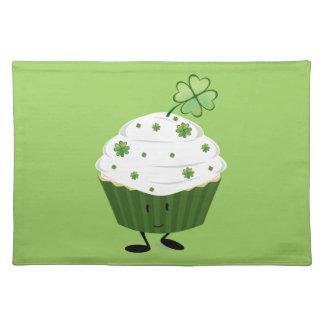 Lächelnden St Patrick Tageskleiner kuchen Tischset