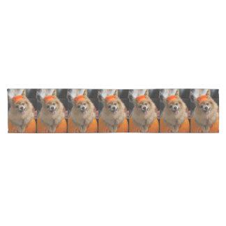 Lächelnder Foxy Spitz-Welpe im Kürbis Halloween Kurzer Tischläufer