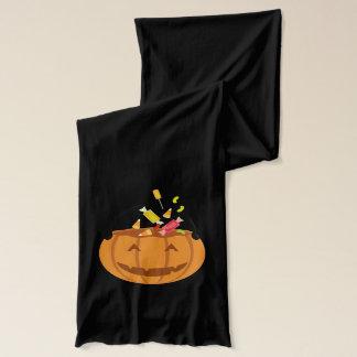 Lächelnder Halloween-Kürbis, der mit Süßigkeit Schal