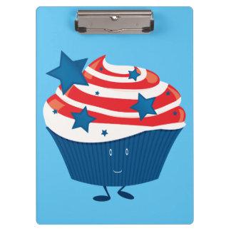 Lächelnder roter weißer und blauer kleiner Kuchen Klemmbrett