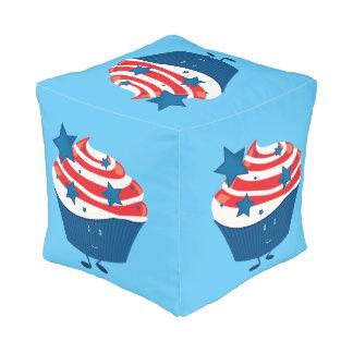 Lächelnder roter weißer und blauer kleiner Kuchen Kubus Sitzpuff