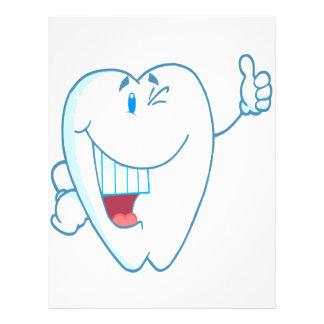 Lächelnder sauberer Zahn-Cartoon-Charakter greift  Flyerdesign