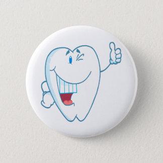 Lächelnder sauberer Zahn-Cartoon-Charakter greift Runder Button 5,1 Cm