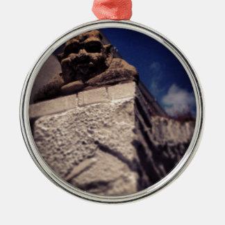 lächelnder Wasserspeier Rundes Silberfarbenes Ornament