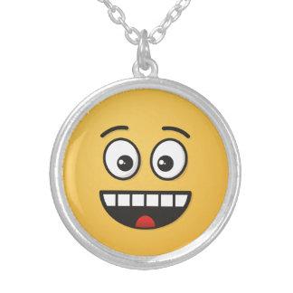 Lächelndes Gesicht mit offenem Mund Versilberte Kette