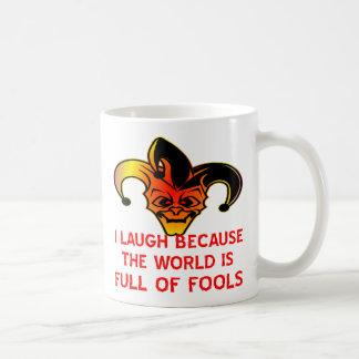 Lachen des Spaßvogel-I, weil die Welt von den Kaffeetasse