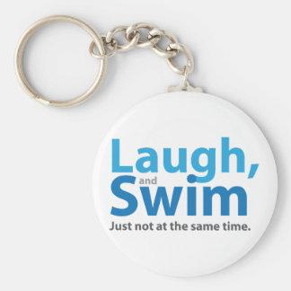 Lachen und Schwimmen… aber nicht gleichzeitig Standard Runder Schlüsselanhänger