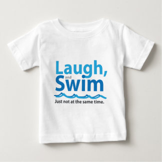 Lachen und Schwimmen… gerade nicht gleichzeitig Baby T-shirt