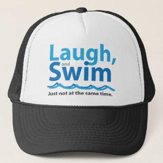 Lachen und Schwimmen… gerade nicht gleichzeitig Truckerkappe