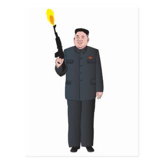 Lachende Kim Jong-UNO, die ein Gewehr in die Luft Postkarte