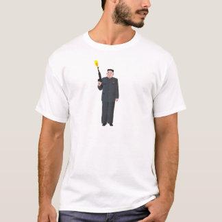 Lachende Kim Jong-UNO, die ein Gewehr in die Luft T-Shirt