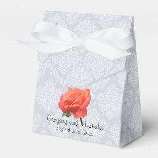 LachsRose mit Regentropfen auf Blumenblättern Geschenkschachtel