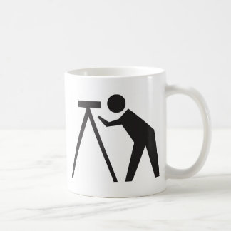 Land-Feldmesser bei der Arbeit Kaffeetasse