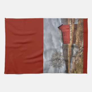 Land-rote Scheune, die im Teich-Geschirrtuch sich Handtuch