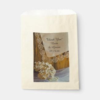 Land-Spitze-und Blumen-Scheunen-Hochzeit danken Geschenktütchen