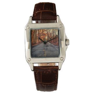 Land-Straße in der Fall-Brown-Leder-Uhr Armbanduhr