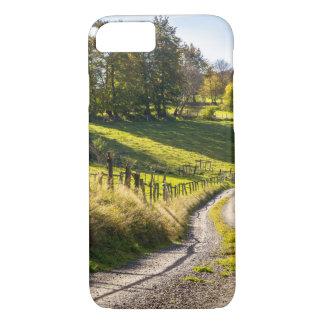 Land-Straße zwischen grüner Wiesen-Landschaft iPhone 8/7 Hülle