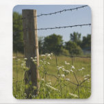 Land-Zaun-Posten und Wildblumen Mousepad
