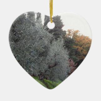 Ländliche Landschaft mit Asphaltstraße im Herbst Keramik Herz-Ornament