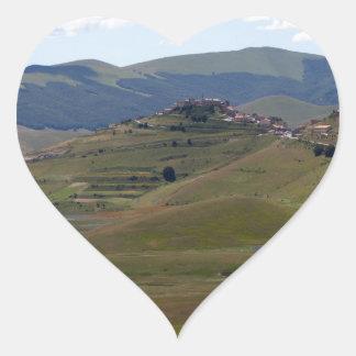 Landschaft in den Sibillini Bergen in Italien Herz-Aufkleber