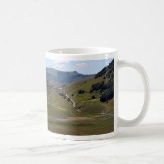 Landschaft in den Sibillini Bergen in Italien Kaffeetasse