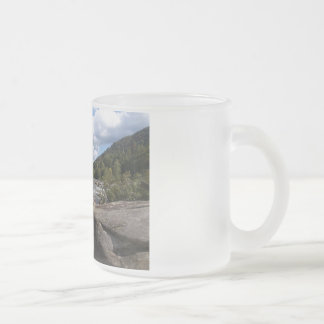 Landschaftlicher felsiger Fluss-mattierte Mattglastasse