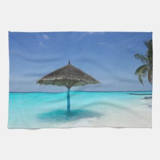 Landschaftlicher tropischer Strand mit Thatched Geschirrtuch