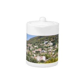 Landschaftsdorf mit Häusern im griechischen Tal