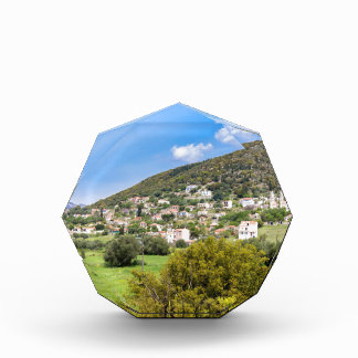 Landschaftsdorf mit Häusern im griechischen Tal Acryl Auszeichnung