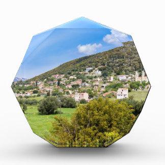 Landschaftsdorf mit Häusern im griechischen Tal Auszeichnung