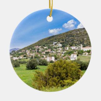 Landschaftsdorf mit Häusern im griechischen Tal Keramik Ornament