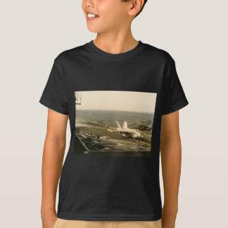 Landung der Hornissen-F18 auf USS MITTLER T-Shirt