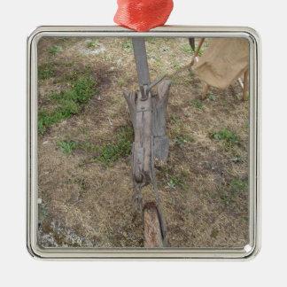 Landwirtschaftlicher alter hölzerner Pflug aus den Quadratisches Silberfarbenes Ornament
